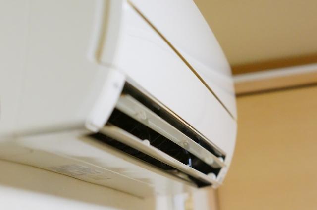 エアコン工事費のムダはこう抑える!取り付け・配管・追加料金の相場