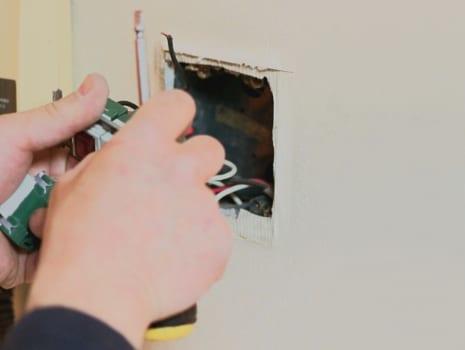 ケーブルやスイッチボックスなどの部材を用意する